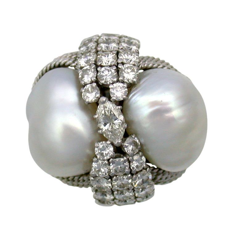 Anillo Cocktail con motivo cuerda en platino, dos perlas barrocas de los Mares del Sur separadas por una banda de diamantes - Fo