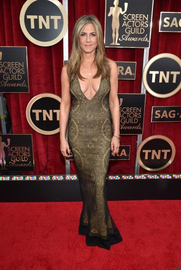 Jennifer Aniston sexy con cadenas corporales