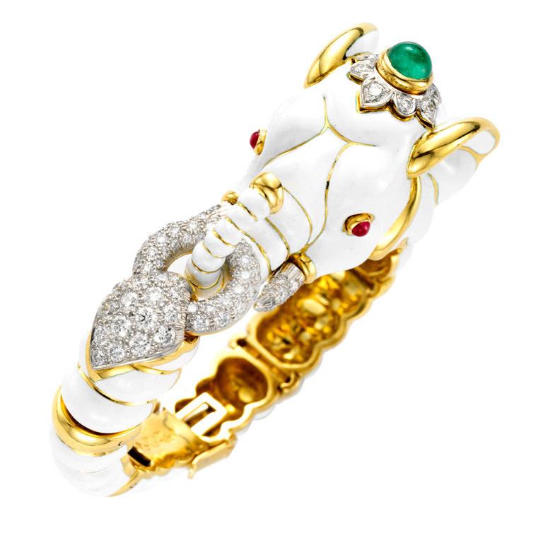Brazalete de elefante en oro 18qts y esmalte blanco con pavé de diamantes, una esmeralda y dos rubíes en cabujón