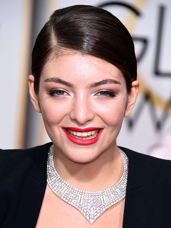 Lorde con un collar Neil Lane Art Deco de diamantes