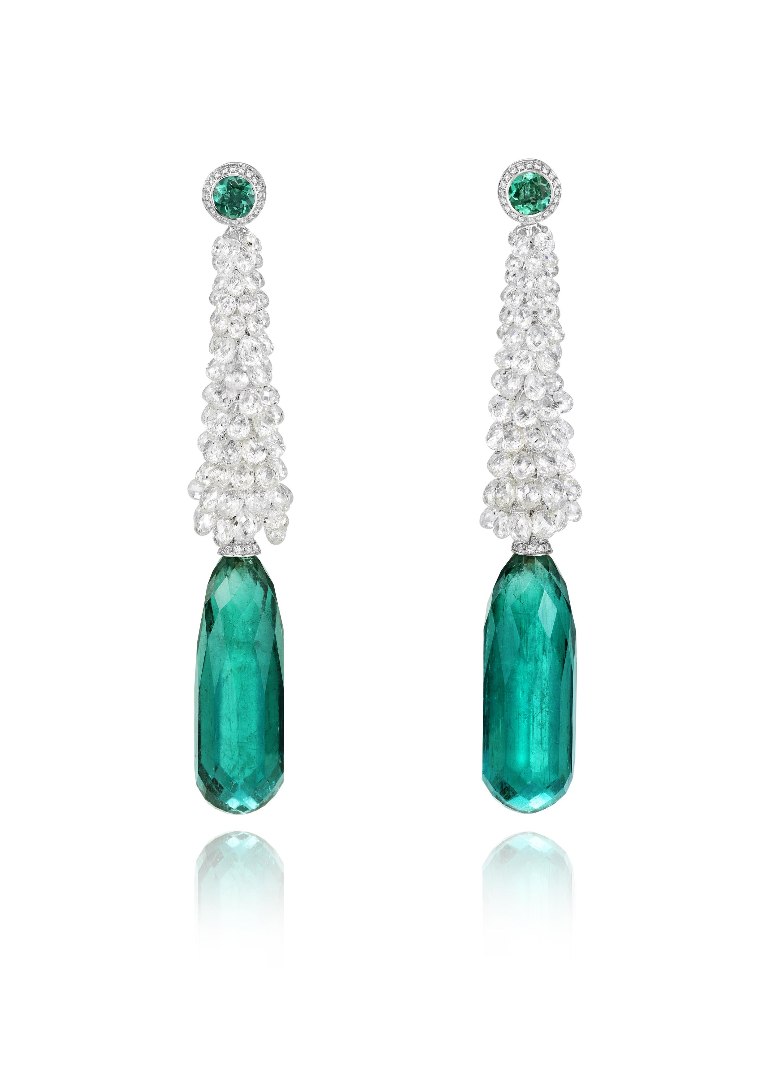Pendientes en oro blanco con 29 qts de diamantes talla briolette y 2 esmeraldas talla briolette de 35 y 31 qts cada una