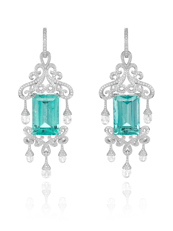 Pendientes de oro blanco de 18ct engastados con esmeraldas talla esmeralda (36.28cts), diamantes talla briolette (5.58cts) y dia