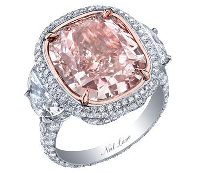 Anillo de compromiso con aire vintage de Neil Lane en oro blanco, diamantes y diamante rosa en talla cojín