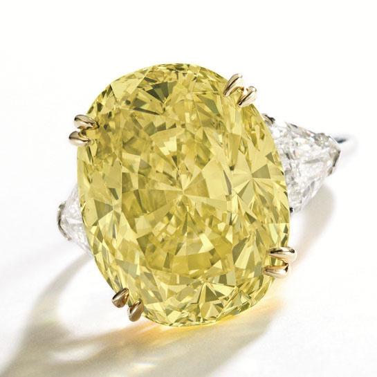 Anillo Harry Winston con un diamante amarillo de 20.01 quilates de peso. Su valor estimado está entre 250.000 y 350.000U$