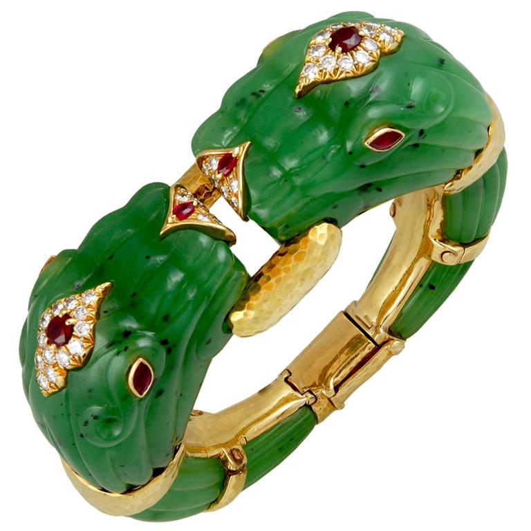 Brazalete en oro amarillo de 18 qts con cabezas de dragón en jade, rubíes cabujón y diamantes de Yafa Jewels