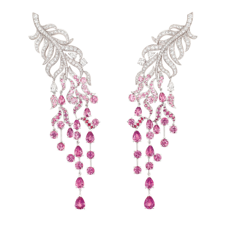 Pendientes Chanel Plume Enchantée en oro blanco con 243 brillantes de 4,8 quialtes en total, 142 zafiros rosas redondos de 11,8