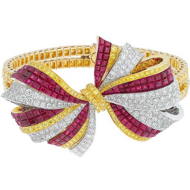 Brazalete Lazo The Nutcracker, en oro, diamantes blancos, diamantes amarillos y Mystery Set ™ rubíes