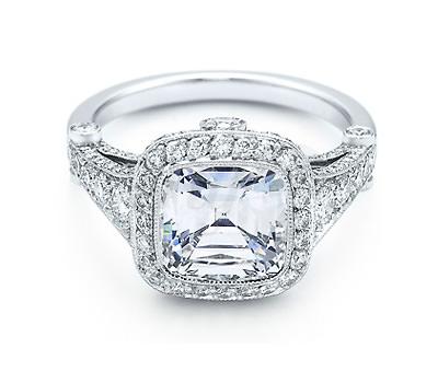 Anillo de compromiso Legacy de Tiffany & Co. en platino y diamantes