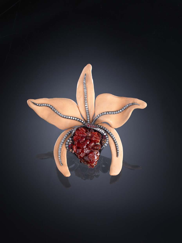 Broche Orquídea en plata, resina, vanadinita, diamantes y zafiros