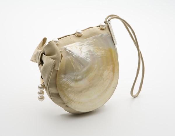 Bolso Pinctada Máxima de Kollur elaborado a mano con una ostra Pinctada Máxima, cierre en oro amarillo con perlas australianas y