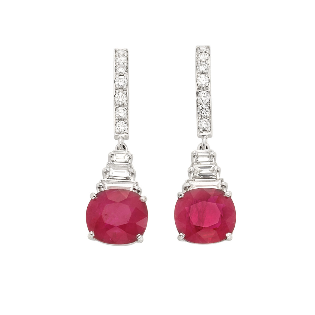 Pendientes colgante en platino, rubíes y 14 diamantes en talla redonda unidos por 6 diamantes baguette - estimado entre $10.000