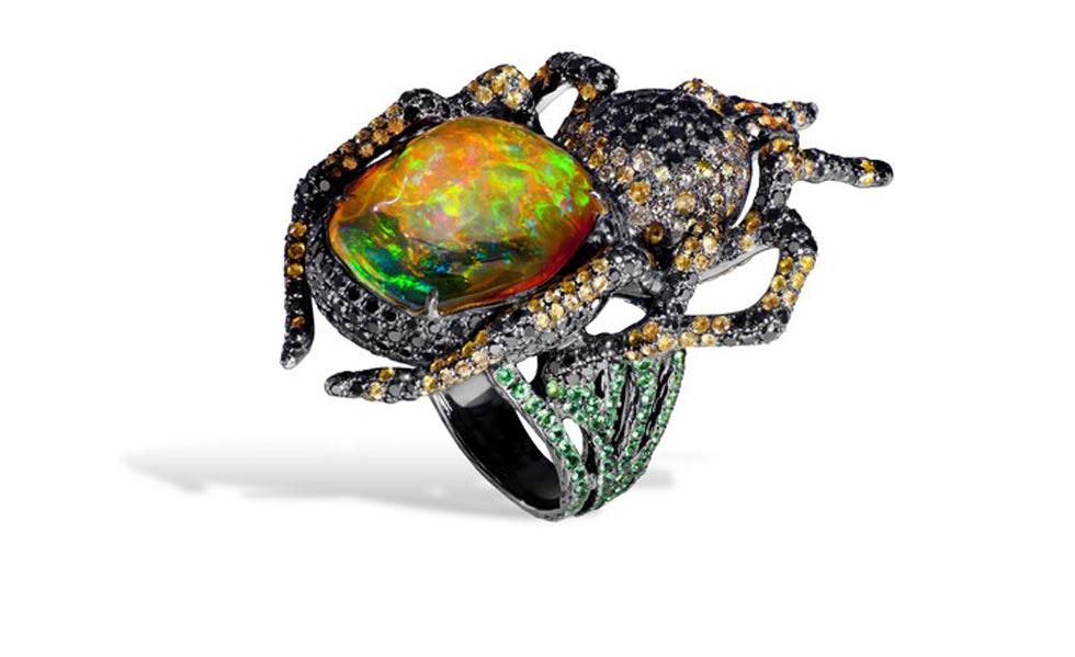 Anillo Spider de Lydia Courteille con ópalos, diamantes negros, zafiros naranjas y granates verdes en oro enegrecido