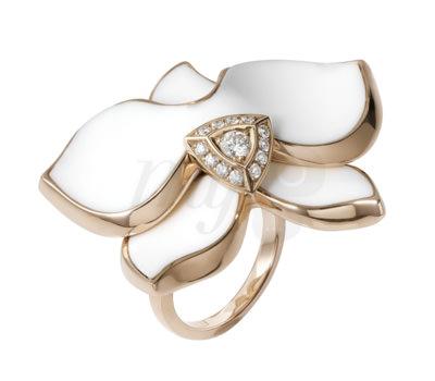 Anillo Caresse Orchidée en oro amarillo, esmalte blanco y diamantes