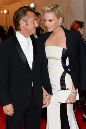 Charlize Theron con earlobes de Lorraine Schwartz