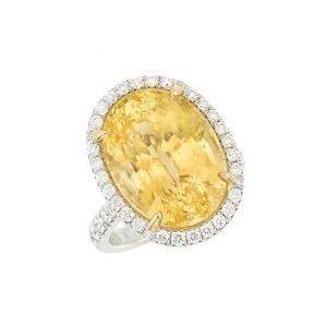 Anillo en platino, zafiro amarillo oval de aprox. 19.78 qts.y diamantes - estimado entre $15.000 y $20.000