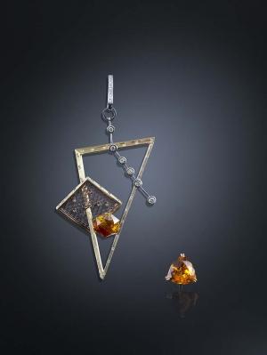 Colgante Triángulo de Luz Camino en oro, platino y cobre con cuarzo, esfalerita y diamantes