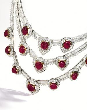 Collar Van Cleef & Arpels en oro de 18 quilates con diamante en baguette y redondos y 14 rubíes cabujon de 95 quilates en total.