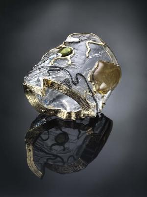Brazalete Africa de Luz Camino en oro y plata con cristal de cuarzo, zafiros, tanzanita, esmeraldas, diamantes y resina