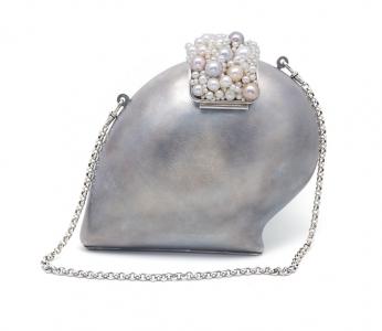 Bolso Joya En los Mares del Sur, Kollur,elaborado en plata de ley, con el cierre de perlas cultivadas multicolor en tonos pastel
