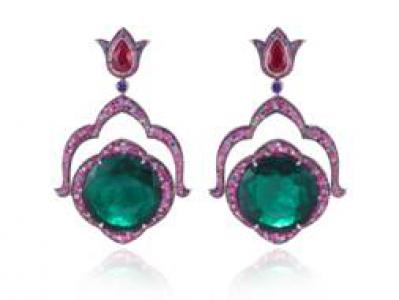 Pendientes en oro blanco con esmeraldas talla redonda de 22,11 y 21,66 qts cada una; 2 rubíes talla pera