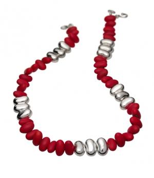 Collar Colorín de Dalia Pascal en frijoles naturales y plata