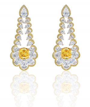 Pendientes en oro amarillo engastados con diamantes amarillos, 2 diamantes talla cojín de 6,52 qts y 36 diamantes pera