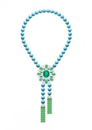 Collar en oro blanco con perlas de turquesa, perlas de crisoprasia, diamantes y una esmeralda central de 23 quilates