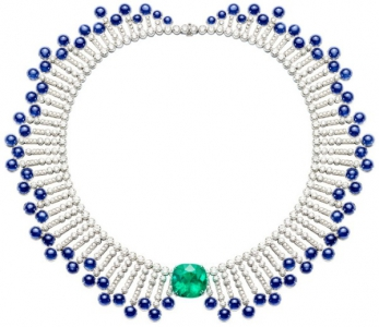 Collar en oro blanco con perlas de zafiro azul, brillantes y una esmeralda central de 19,39 quilates