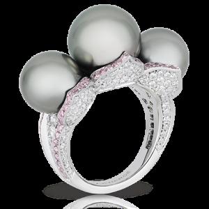 Anillo Sarafan de Fabergé con oro blanco, perlas, diamantes blancos y diamantes rosas