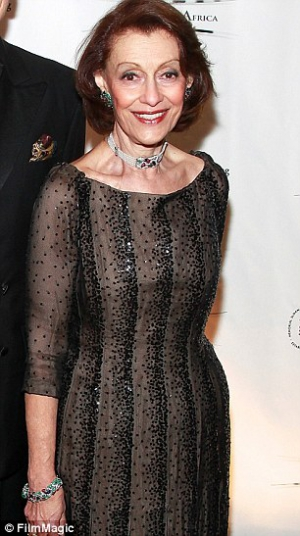 Evelyn H. Lauder luciendo el conjunto de joyas Tutti Frutti de Cartier
