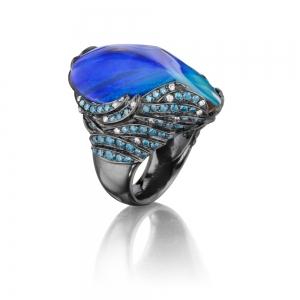 Anillo MimiSo con óplao boulder de 39,07 quilates sobre oro ennegrecido con pavé de diamantes azules y blancos