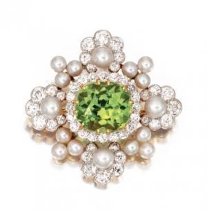 Broche histórico Tiffany & Co. en platino, oro, peridoto, perlas y diamantes de Sotheby
