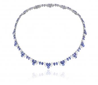 Collar de oro blanco engastado con 81 zafiros de talla pera (37,35 quilates) y 63 diamantes talla pera (12,58 quilates)