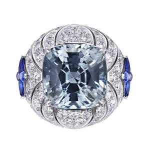 Anillo Genesis Acte V de Louis Vuitton con un zafiro de Pen Pyit central acompañado de zafiros y diamantes
