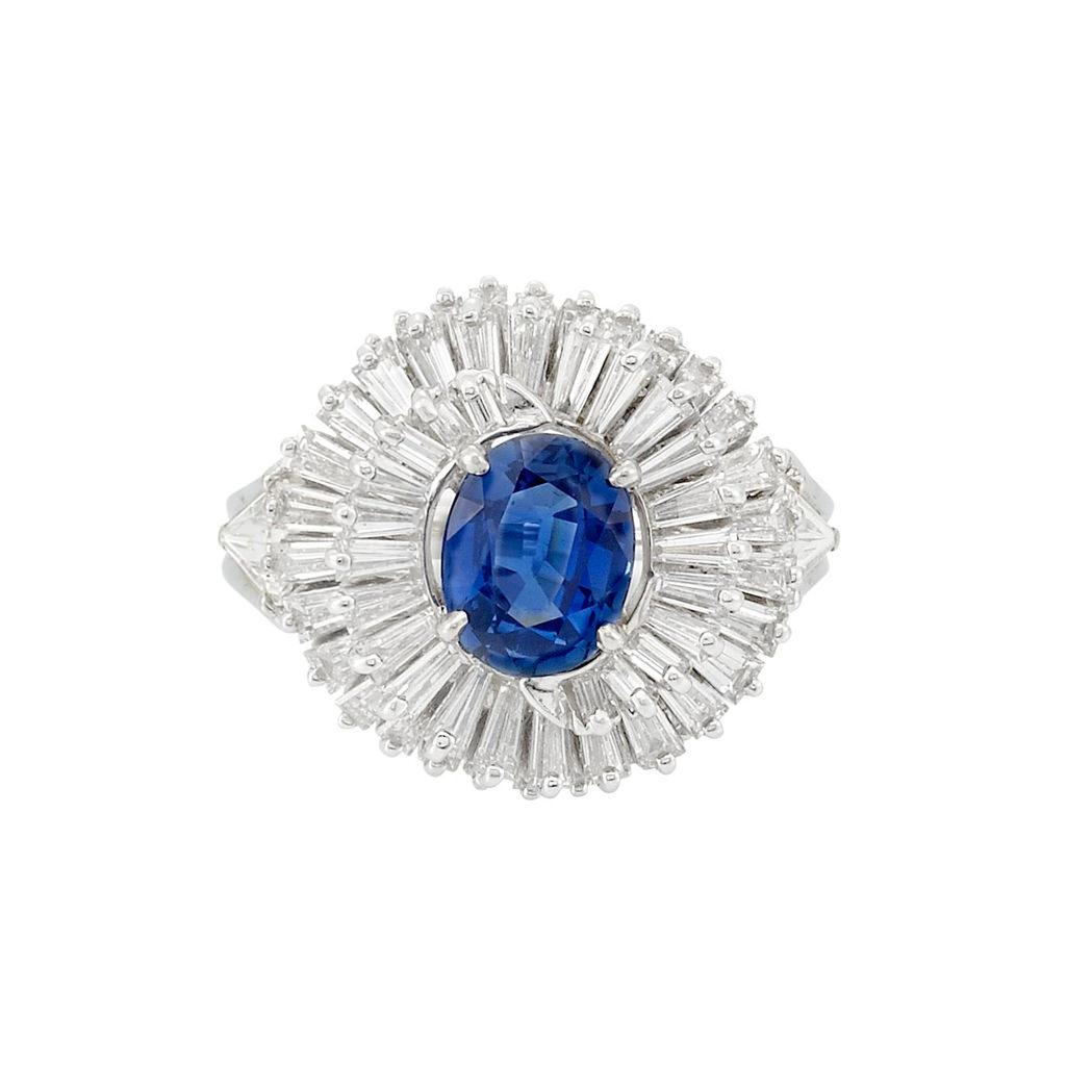 Anillo David Webb en platino, zafiro azul y diamantes en espiral de talla baguette - estimado entre $5.000 y $7.000