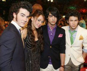 Jonas Brothers y Miley Cyrus, rockeros, cristianos y vírgenes con anillos de castidad