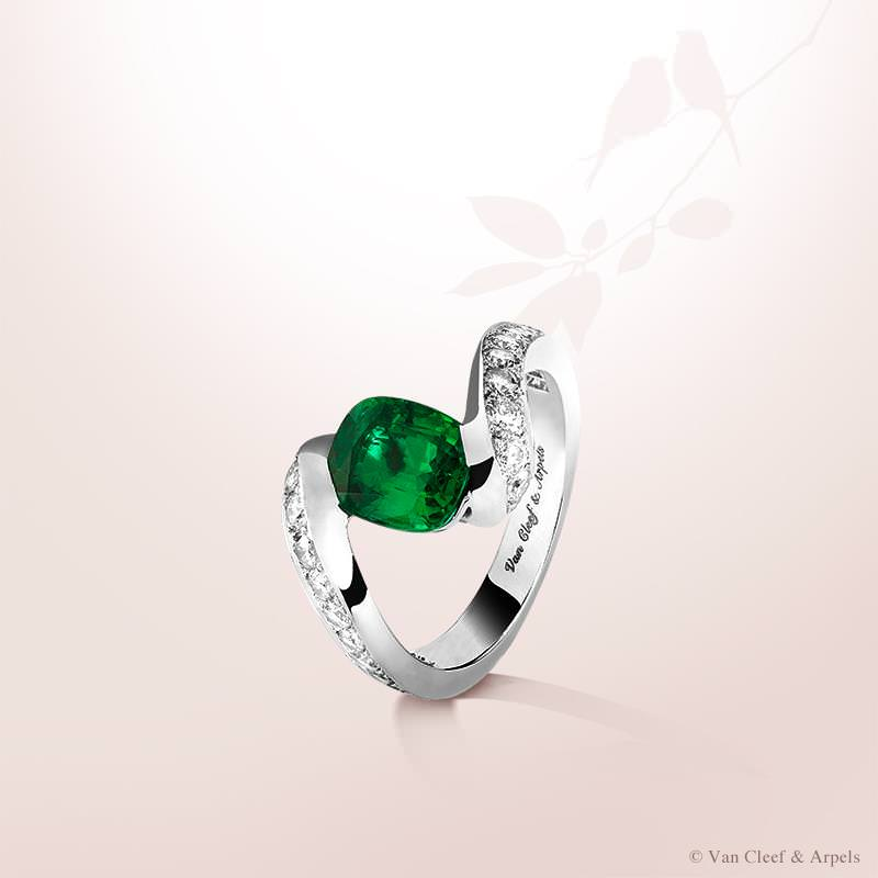 Anillo Solitario Hirondelle con esmeralda de 1,79 quilates y diamantes de Van Cleef & Arpels