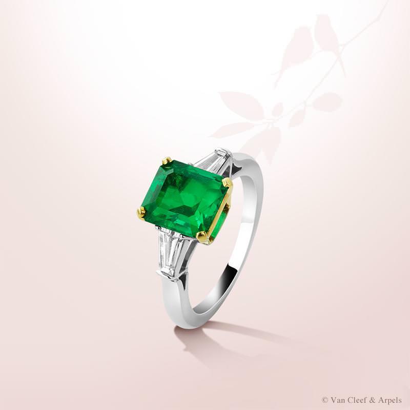 Anillo Solitario Sonate de Van Cleef and Arpels con esmeralda de 2,44 quilates, diamantes blancos y montura en oro blanco y amarillo