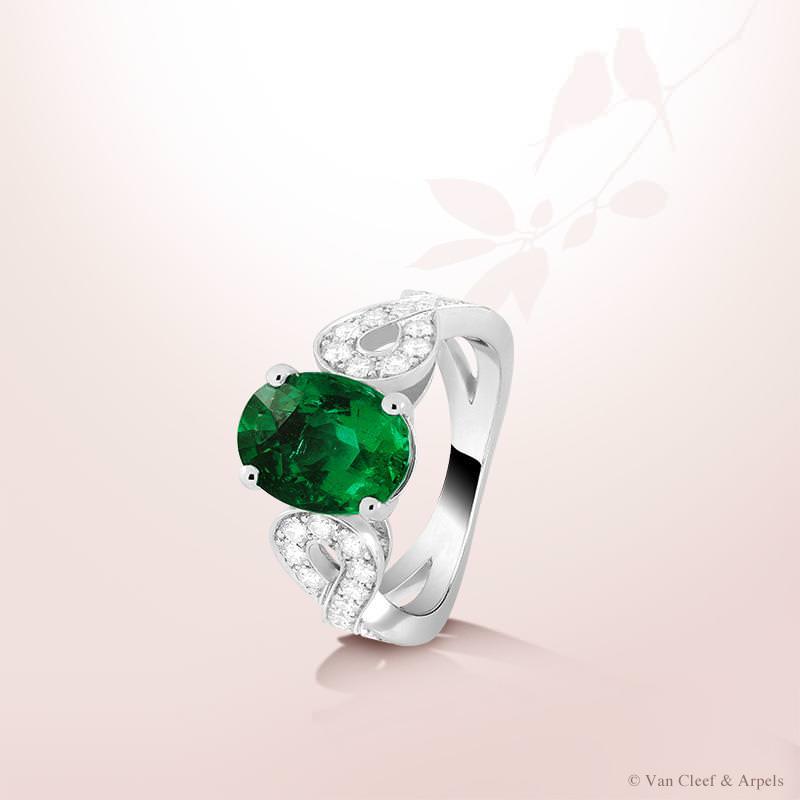 Anillo Solitario Tete à Tete de Van Cleef and Arpels con esmeralda de 2,33 quilates y diamantes