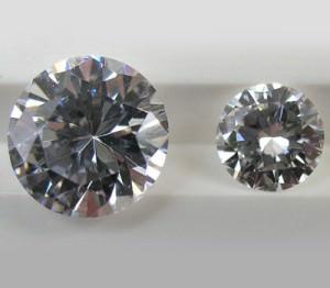 Circonio a la izquierda y diamante a la derecha