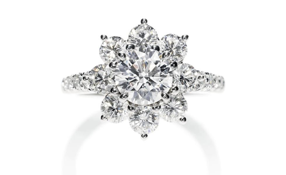 Anillo Sunflower de Harry Winston con 17 diamantes brillantes redondos de casi 1.65 quilates engarzados en platino - precio de 19.600 U$