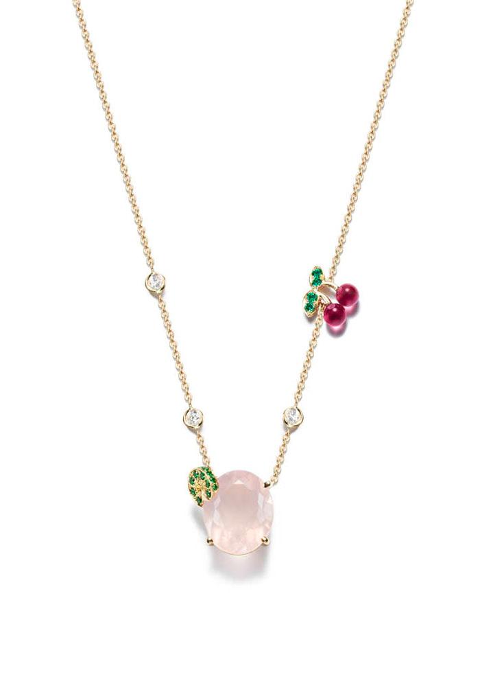 Collar Pink Lady Cocktail Party de Piaget, en oro amarillo de 18 quiates con un cuarzo rosa oval de 6,58 quilates, 3 diamantes talla brillante, 19 tsavoritas redondas, 2 rublitas y 4 esmeraldas.