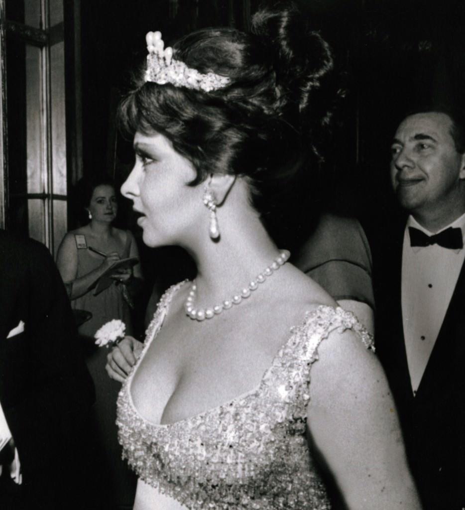 Gina luciendo el collar como tiara Bulgari