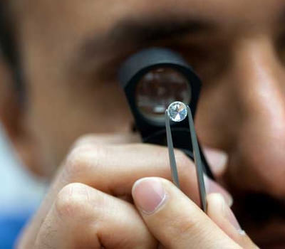 Analisis de diamantes blancos con lupa por un diamantista