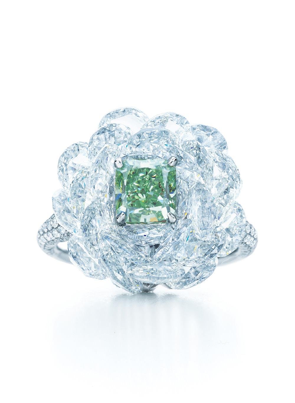Anillo Tiffany fancy verde con diamantes blancos sobre platino