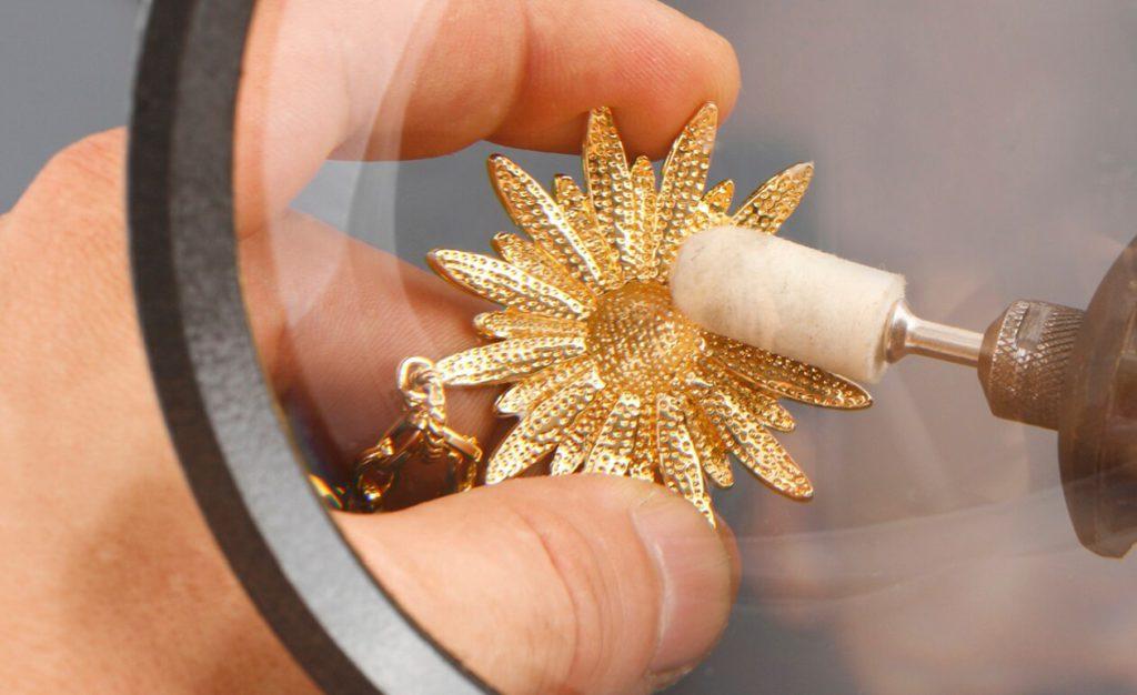 C mo limpiar las joyas coraz n de joyas - Laca para metales ...