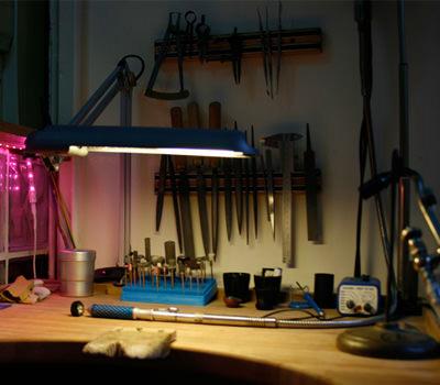 Fabricación de joyas a la medida en el taller del joyero