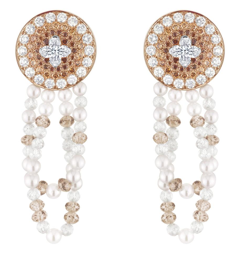 Pendientes Monogram Infini de Louis Vuitton Voyage dans le temps, oro, perlas y diamantes.
