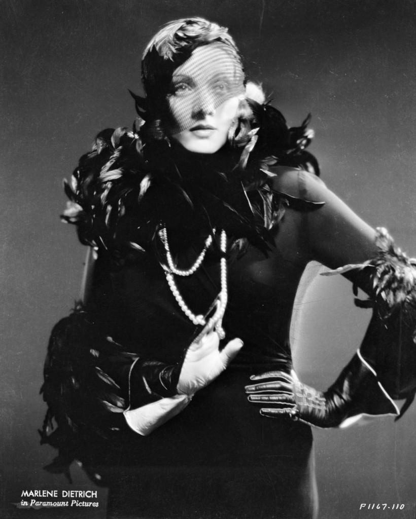 Marlene Dietrich en 1932 con collar de perlas
