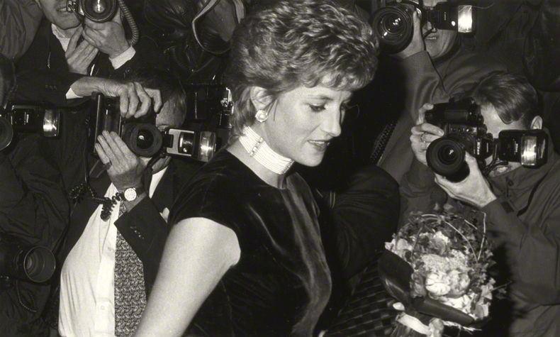 Diana de Gales con collar choker de perlas